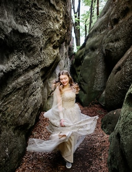 Donna sorridente che cammina tra le rocce