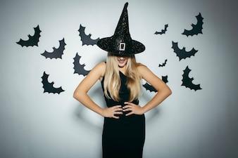 Donna sorridente con cappello da strega