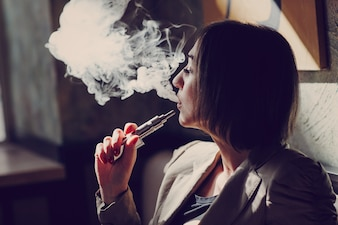 Donna vapore di fumare