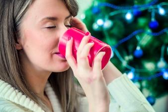 Donna, vestiti, inverno, godere, occhi caldi, bere, chiuso. Ritratto di giovane donna felice con tazza di cioccolata calda