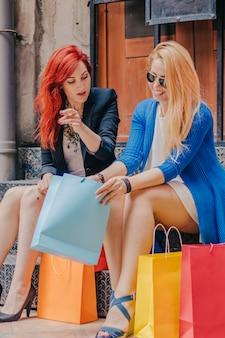 Donne con acquisti sul portico