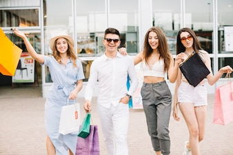 Donne e uomo con acquisti