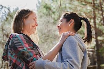 Donne felici che scambiano sorrisi