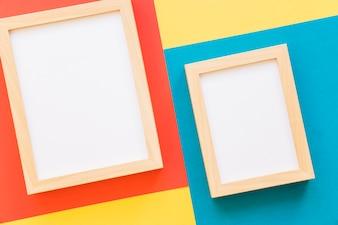 Due cornici su sfondo colorato