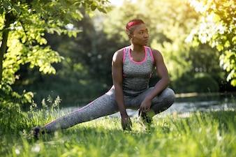 Erba pone yoga ragazza jogging fisico
