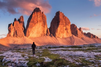 Escursionista a Tre Cime di Lavaredo nelle montagne delle Dolomiti