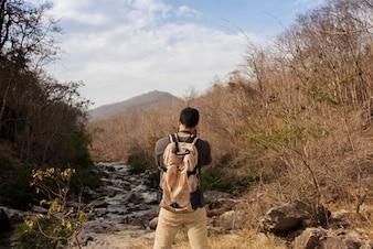Escursionista di scattare foto di paesaggio