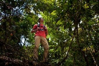 Escursionista in piedi nella giungla selvaggia