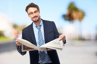 Esecutivo felice leggendo il giornale