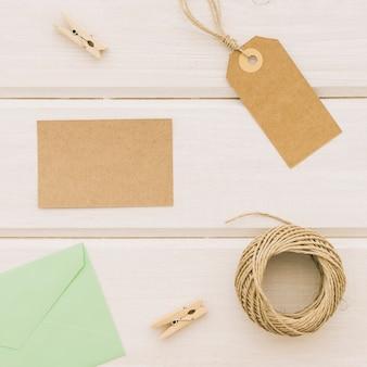 Etichetta, carta, corda, mollette e busta