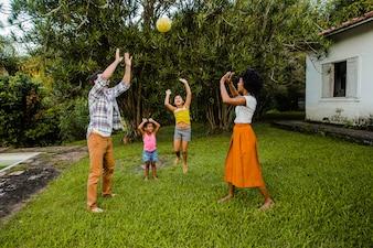Famiglia che gioca con la palla