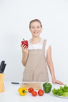 Felice casalinga cucinare gustoso e sano cibo