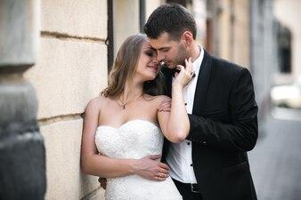 Felice coppia di nozze baciare sulla strada