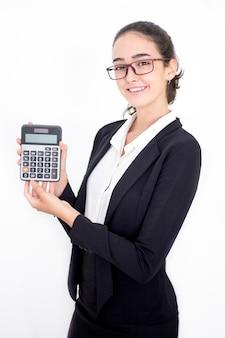 Felice femmina consulente finanziario che mostra calcolatrice