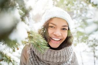 Felice ragazza afroamericana ridendo in inverno