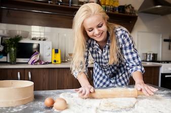 Felicità ragazzo preparazione ricetta pasticceria