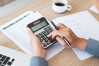 Finanza contabilità scrivania carta utilizzando