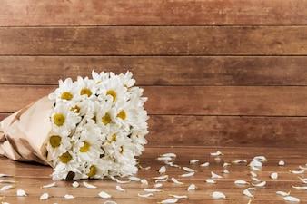 Fondo in legno con bouquet margherita
