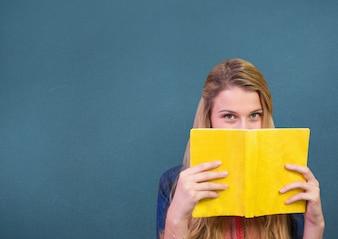 Forma di computer grafica libro silhouette braccia