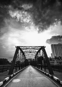 Foto in bianco e nero del ponte di ferro dell'annata a Chiangmai Thailandia