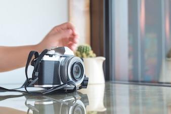 Fotocamera digitale sul tavolo di vetro in caffè