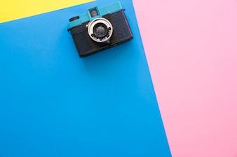 Fotocamera su sfondo colorato