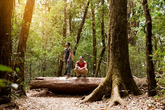 Friends Backpacker in foresta