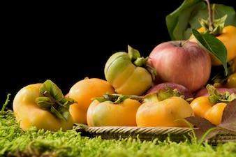 Frutta su sfondo verde muschio.