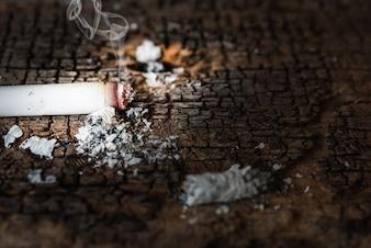 Fumare sigaretta con fumo