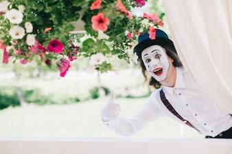 Funny mime con i fiori