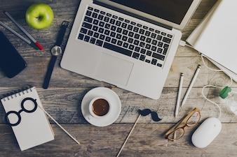 Funzionamento dello spazio di lavoro Freelance Concept Vista superiore Sopra piatta Lay. Tonificante.