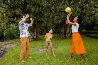 Genitori che giocano palla con la figlia