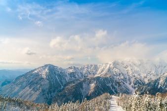 Giappone montagna invernale con la neve coperto