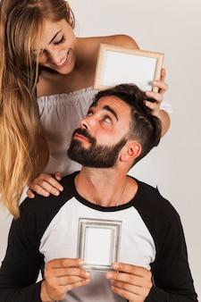 Giovane coppia che mostra i telai