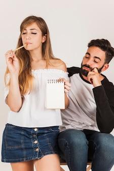 Giovane coppia con blocco note