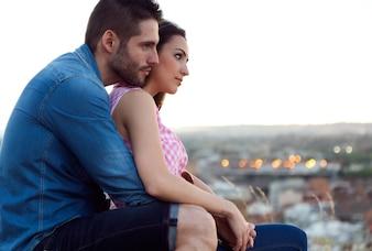 Giovane coppia di turisti guardando i punti di vista della città.