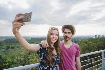 Giovane, coppia, prendere, selfie, osservare, piattaforma