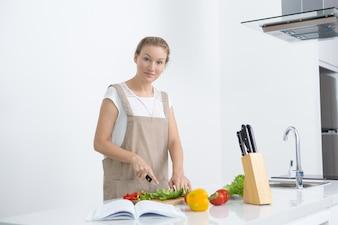 Giovane donna calma che fa la ricetta preferita