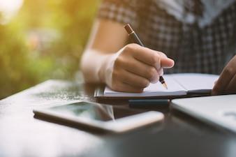 Giovane donna che scrive su un notebook