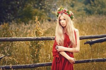 Giovane donna con i capelli dritti indossa un abito rosso
