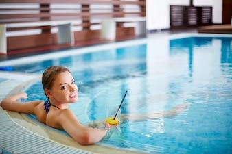Giovane donna di relax in vasca idromassaggio
