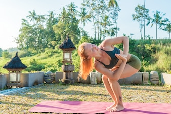 Giovane donna yoga che si estende