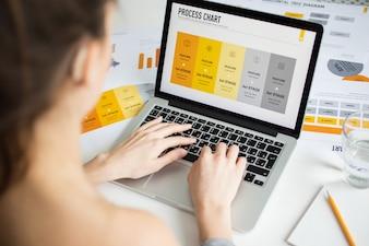 Giovane imprenditrice che lavora al computer portatile alla scrivania