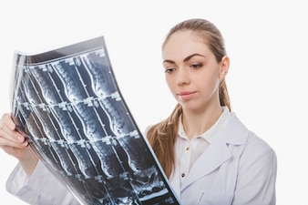 Giovane medico femminile che esamina raggi X