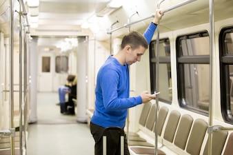 Giovane passeggero nel treno della metropolitana