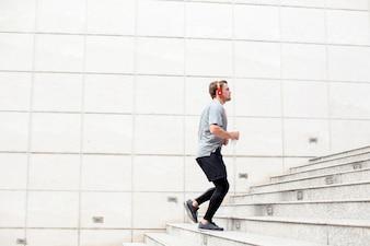 Giovane, sportivo, correndo, al piano superiore, all'aperto