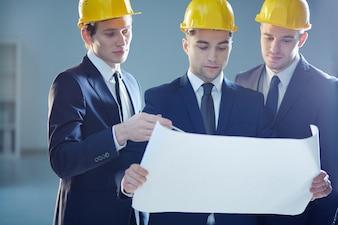 Giovani architetti che parlano il disegno di nuova costruzione