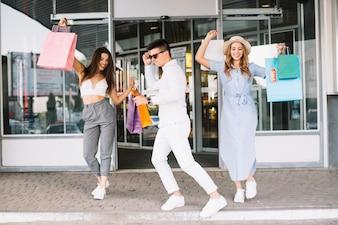 Giovani che ballano dopo lo shopping