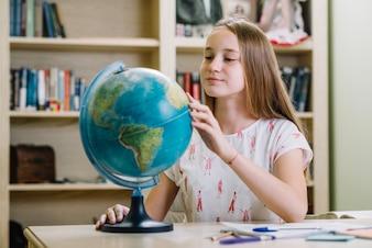 Giovani concentrati che apprendono la geografia