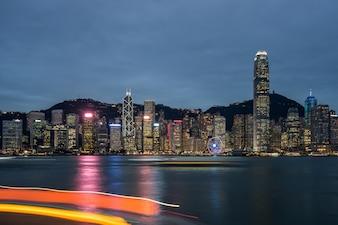 Gli edifici alti sul bordo del porto di Victoria a Hong Kong, la città moderna, in Cina